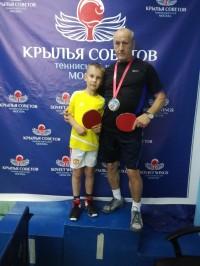 Дедушка с внуком , чемпионы!